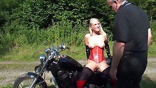 Rattige milf melkt outdoor draussen Schwanz von altem Biker! public nudity